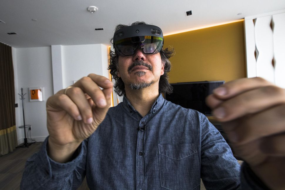 microsoft-msft-hololens-2-gestures-2-2